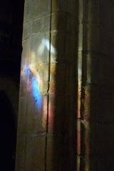 Eglise Saint-Martin - Deutsch: Katholische Pfarrkirche Saint-Martin in Jouy-en-Josas im Département Yvelines in der Region Île-de-France (Frankreich), Pfeiler mit Lichtreflex