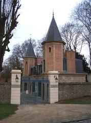 Ancien château de Madame du Barry - Français:   Petit pavillon à l\'entrée de la propriété de Madame du Barry, chemin de la Machine au village de Voisins à Louveciennes (Yvelines, France)