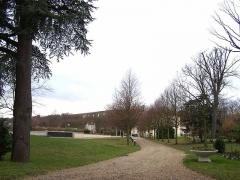 Château de Voisins - Français:   Domaine de Voisins vu du chemin de la Machine à Louveciennes (Yvelines, France) - A l\'arrière-plan, l\'aqueduc de Marly.