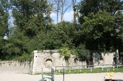 Ensemble dit Les Caves du Nord - English:   Les Caves du Nord is an old theater in Maisons-Laffitte, France. It is today a equestrian center.