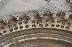 Eglise Sainte-Anne-de-Gassicourt - Deutsch: Kirche Sainte-Anne in Gassicourt, einem Stadtteil von Mantes-la-Jolie im Département Yvelines (Île de France), romanisches Portal, Archivolte mit skulptierten Köpfen
