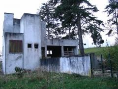Château de Mézy dit le Gibet dit aussi Villa Poiret -  La maison du gardien de la villa Poiret, par Robert Mallet Stevens 1926 - État du bien à l'abandon - Mézy-sur-Seine, France.