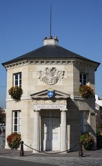 Pavillon d'octroi - English: Tourist Office of Poissy (Yvelines, France); old toll house (Octroi) built in 1833 by architect Auguste Goy, registered historic monument the 23rd July 1937, transformed into tourist office in 1982.