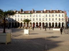 Immeubles - Français:   Immeuble XIXe à arcades et couverts, place du Marché-Neuf, à Saint-Germain-en-Laye.