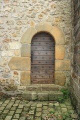 Eglise et cimetière - English: Church side door in Saint-Lambert-des-Bois, France.