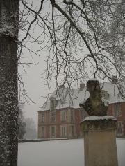 Ancien château de Grignon, actuelle école nationale d'agriculture de Grignon -  Le parc de l\'Institut national agronomique à Thiverval-Grignon, sous la neige, avec le château de Grignon et un buste en ligne de mire.