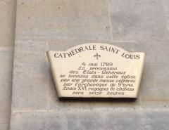 Cathédrale Saint-Louis - Français:   Une plaque sur la façade de la cathédrale Saint Louis de Versailles.  La procession des États Généraux arrive la cathédrale en mai 1789