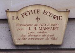 Domaine national : Petites Ecuries -  Panneau d'information sur la Petite Écurie (bâtiments en face à droite en sortant du château), place d'Armes à Versailles (Yvelines, France)