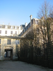 Domaine national : Hôtel des Réservoirs ou Hôtel de Pompadour - English: View of Hôtel des Réservoirs from the private park alley to the park of the Palace of Versailles