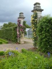 Domaine national : ancien potager du Roi et parc de Balbi - English: Gateway from the Grand Carre to the