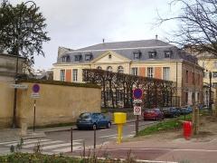 Hôtel de la Chancellerie -  Hôtel de la Chancellerie, Avenue de Sceaux, Versailles, France  Actuellement occupé par le Conservatoire National de Région de Musique, de danse et d'art dramatique de Versailles