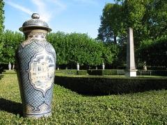 Château de Groussay - Français:   Château de Groussay à Montfort-l\'Amaury (France) - Le parc, vases par Jean Luneau, vers 1950