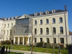 Hôtel-Dieu, actuellement centre hospitalier - Français:   Étampes (Essonne, France) - L\'Hôtel-Dieu, Rue de la République / Rue Beaugain.