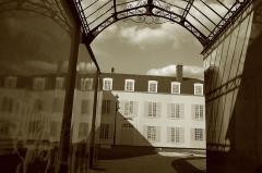 Hôtel-Dieu, actuellement centre hospitalier - Français:   Étampes (Essonne, Île-de-France, France): Cache-misère à l\'Hôtel-Dieu.