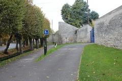 Remparts - Français:   Tour du Loup, Étampes.