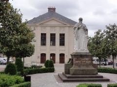 Théâtre municipal - Français:   Étampes, théatre et statue d\'Étienne Geoffroy Saint-Hilaire, par Élias Robert