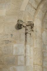 Eglise Saint-Martin - Deutsch: Katholische Pfarrkirche Saint-Martin in Longjumeau im Département Essonne (Île-de-France/Frankreich), Kapitell und Konsole an einem Fenster