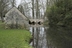 Pont sur la Juine - Deutsch: Waschhaus in Méréville im Département Essonne (Île-de-France/Frankreich)