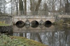 Pont sur la Juine - Deutsch: Mühlenbrücke in Méréville im Département Essonne (Île-de-France/Frankreich)