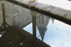 Eglise - Deutsch: Lavoir du Coul d'Eau in Milly-la-Forêt im Département Essonne (Île-de-France/Frankreich), Spiegelung des Glockenturms der Kirche Notre-Dame-de-l'Assomption