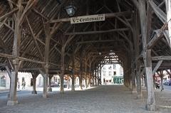 Halle - Français:   La charpente des halles repose sur 48 piliers de chêne posés sur des socles de pierres pour les protéger lors des lavages à grandes eaux.