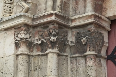 Eglise - Deutsch: Katholische Pfarrkirche Saint-Germain-d'Auxerre in Saint-Germain-lès-Arpajon im Département Essonne (Île-de-France/Frankreich), Kapitelle am Portal