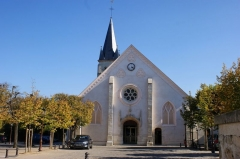 Eglise -  Église Saint-Saturnin située en face de la mairie d'Antony