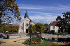 Eglise -  Eglise d'Antony (92) vue depuis le jardin de la Mairie .