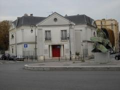 Bibliothèque Marmottan - English: Place Denfert-Rochereau and its public library, in Boulogne-Billancourt, Hauts-de-Seine, France.