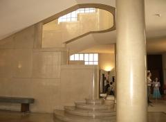 Hôtel de ville -  Intérieur de l'hôtel de ville de Boulogne-Billancourt (92). Vue sur l'escalier principal.