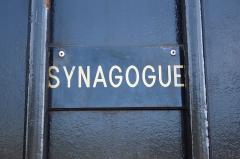 Synagogue - Deutsch: Synagoge von Boulogne-Billancourt, 43, rue des Abondances in Boulogne-Billancourt, Schild am Zaun