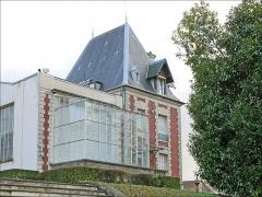 Musée Rodin ou Villa les Brillants -  Dès 1893, Auguste Rodin s'installe dans la villa des Brillants (sur une colline à Meudon, une ville proche de Paris et dans un zone qui a servi de carrière). Il y habite avec son amie Rose Beuret qu'il n'épousera que peu de temps avant leur mort à tous deux, la même année 1917, à quelques mois d'intervalle.  En contrebas du terrain, il fait reconstruire le fronton et une partie de la façade du château d'Issy, sans rien autour. Depuis 1948, ces éléments d'architecture ont été adossés à un bâtiment servant de musée. Le musée Rodin est devenu le propriétaire de ces lieux à la suite de la donation faite par Rodin à l'Etat, de l'ensemble de son oeuvre et de ses biens. fr.wikipedia.org/wiki/Villa_des_Brillants  www.musee-rodin.fr/