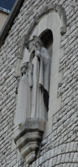 Cathédrale Sainte-Geneviève - Saint-Maurice - English: A statue on the façade of St.Genevieve and St.Maurice Roman catholic cathedral, in Nanterre, Hauts-de-Seine, France: saint Genevieve and saint Germanus of Auxerre.