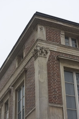 Hôtel Thouret - English: Detail of a column of Hôtel Touret (French historical monument) in Neuilly-sur-Seine, France.