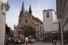 Eglise Saint-Jean-Baptiste -  Même l'église respecte cette tonalité rouge
