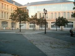 Lycée Michelet -  Vue de la cour du collège Michelet à Vanves (92, France)