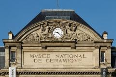 Domaine national de Saint-Cloud : ancienne école nationale de céramique - English:  pediment of the Musée national de Céramique-Sèvres, sculpted by Gustave Crauk.