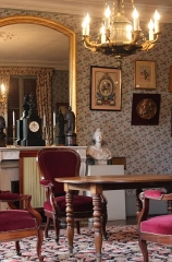 Maison des Jardies ou Maison de Gambetta - English: The living with its chandelier, chimney and its marble mantel, clock, mirror, busts of Marianne, Napoleon III chairs ©Maison des Jardies © Maison des Jardies