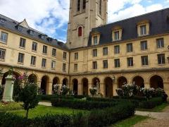 Ancienne abbaye Sainte-Geneviève, actuel lycée Henri IV - Le cloître du lycée, au pied de la tour Clovis.