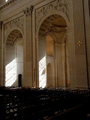 Ancienne abbaye du Val-de-Grâce, puis hôpital militaire - Vaisseau principal de l'église Notre-Dame du Val-de-Grâce, Paris (75005). Costale sud. Deux premières travées et chapelles du collatéral attenant.