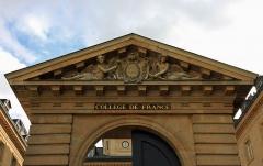Collège de France - English: Pediment of the Collège de France, place Marcelin-Berthelot, Paris. The arms states its motto: Docet Omnia (