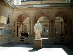 Collège de France -  La statue dans la Sorbonne  Paris, France.