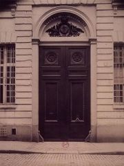 Ancien Collège des Irlandais ou Collège des Lombards, Eglise Saint-Ephrem - English: The entrance of the Collège des Irlandais, 5 rue des Irlandais in Paris. Photo by Eugène Atget, 1905.