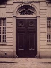 Ancien Collège des Irlandais ou Collège des Lombards, Eglise Saint-Ephrem - English: The entrance of the Collège des Irlandais, 5 rue des Irlandais in Paris. Photo by Eugène Atget, 1905.