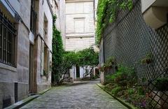 Collège des Trente-Trois -  Cour d'immeuble, 34 Rue de la Montagne-Sainte-Geneviève, Paris.