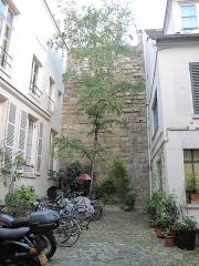 Enceinte de Philippe-Auguste - English: Remainings of wall of Philippe Augustus in a courtyard: 62 rue du Cardinal Lemoine, Paris 5th arr.
