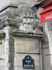 Fontaine Maubuée - English: Relief rue de Venise, Paris 4th arr.)