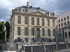 Hôtel Le Brun - English: View of the renovated Hôtel Le Brun at rue du Cardinal-Lemoine in Paris