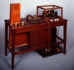 Ancien hôtel de Miramion, ancien musée de l'Assistance publique - Français:   Electrocardiographe à corde, modèle crée par W. Einthoven en 1903. Celui-ci date des alentours de 1918-1920