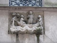 Immeuble - English: Relief of 14th century of Julian the Hospitaller, 42 rue Galande, Paris 5th arrond.